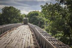 Lastbilar som korsar en träbro Arkivbild