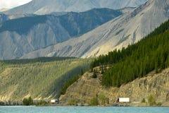 Lastbilar som möter på den Alaska huvudvägen vid Muncho sjön, British Columbia, Kanada Fotografering för Bildbyråer