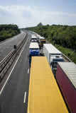 Lastbilar som parkeras på M20en i operationbunt Arkivbilder