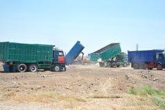 Lastbilar som släpper sanden Arkivbilder