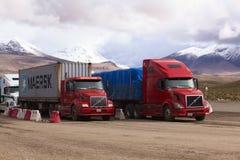 Lastbilar som står på denchilenare gränsen Royaltyfri Foto