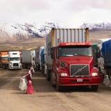 Lastbilar som står på denchilenare gränsen Royaltyfri Fotografi