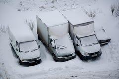 Lastbilar som täckas med snö arkivbild