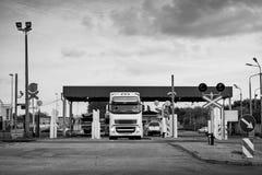 Lastbilar som väntar i linje på porten av omlastningen Royaltyfria Bilder