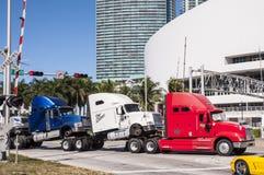 Lastbilar transporterar i Miami Royaltyfri Foto
