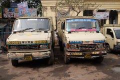 Lastbilar väntar på för den Kolkata för ny last en närliggande marknad blomman Royaltyfria Bilder