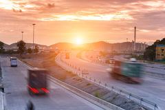 Lastbilbehållare på väghastighetsleverans Arkivfoto