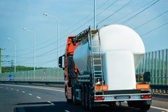Lastbilcistern på vägen royaltyfria foton