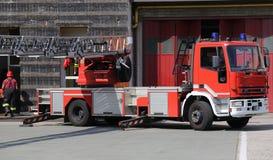 lastbilen för brandmotorn under en brand borrar in brandkårstatioen Arkivbild