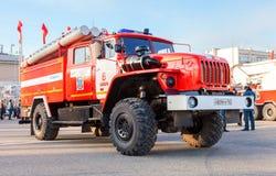 Lastbilen för röd brand EMERCOM av Ryssland parkerade upp på den centrala fyrkanten Arkivfoton