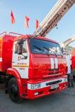 Lastbilen för röd brand EMERCOM av Ryssland parkerade upp på den centrala fyrkanten Royaltyfria Foton