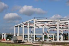 Lastbilen förbigår fabrikskonstruktionsplatsen Arkivfoto