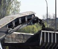 Lastbilen fylls med kol arkivbild