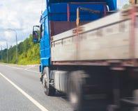 Lastbilen går på huvudvägen Royaltyfri Fotografi