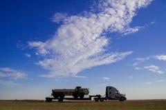 Lastbilen kör på motorvägen av landssidan i Amerika Amerika är en kontinent var amerikanskt främst levande I September FN arkivbild