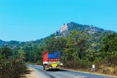 Lastbilen klättrar bergskogen arkivbilder