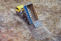 Lastbilen lastar av spillrorbreakstone till jordningen Royaltyfri Fotografi