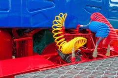 Lastbilen lastbilen, airbrake vattnar med slang, anslutningar royaltyfria foton