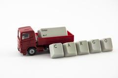 Lastbilen leker med last från tangentbordtangenter Royaltyfri Bild