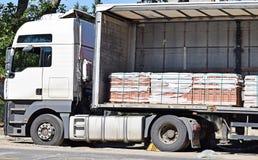 Lastbilen levererar förberedande stenar Fotografering för Bildbyråer