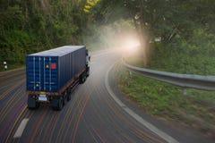 Lastbilen med behållaren går på bergvägen Royaltyfria Bilder