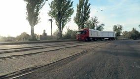 Lastbilen med en släp lämnar vänden i den industriella zonen lager videofilmer