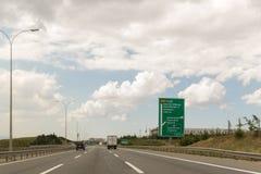 Lastbilen och bilen går till flygplatsvägen i Istanbul Turkiet 20 Juni 2015 Royaltyfria Bilder