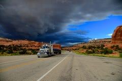 Lastbilen på åskavägen Royaltyfri Foto