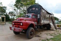 Lastbilen på gatan på av staden Arkivfoto