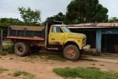 Lastbilen på gatan på av staden Arkivbild