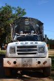 Lastbilen på gatan på av staden Royaltyfri Fotografi