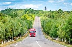Lastbilen rider sommarvägen Fotografering för Bildbyråer