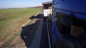 Lastbilen transporterar överdimensionerad last lager videofilmer