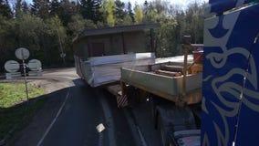 Lastbilen transporterar överdimensionerad last Byggande stock video