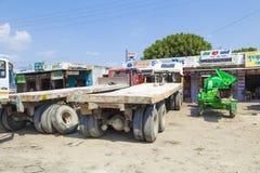Lastbilen transporterar enorma marmorstenar Royaltyfri Foto
