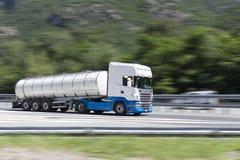 Lastbilflyttning som är snabb på huvudvägen med att panorera effekt Royaltyfri Fotografi