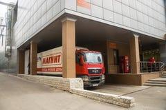 LastbilMAN på avlastning på köpcentret arkivfoton