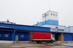 Lastbilpäfyllning på fabriken arkivfoto