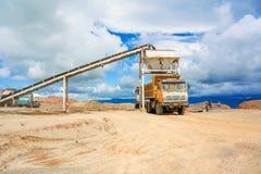 Lastbilpäfyllningsgrus i Tabnzania Fotografering för Bildbyråer