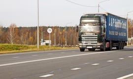 Lastbilritter på vägen Huvudväg Kholmogory, Ryssland arkivbilder
