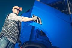 Lastbilsförare Hit vägen royaltyfria foton