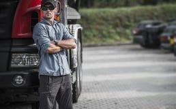 Lastbilsförare och hans halva lastbil Royaltyfria Bilder