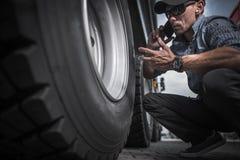 Lastbilsförare Ordering New Wheels Royaltyfria Foton