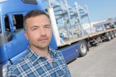 Lastbilsförare som poserar främst vehicule Arkivbild