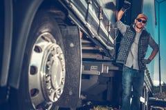 Lastbilsförare Between Trailers fotografering för bildbyråer