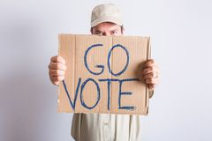 LastbilsförareHolding Go Vote tecken Arkivfoton