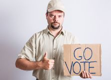 LastbilsförareHolding Go Vote tecken Arkivbilder