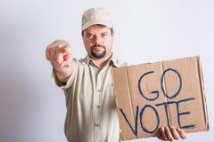 LastbilsförareHolding Go Vote tecken Arkivfoto