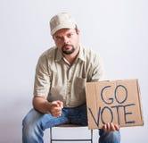 LastbilsförareHolding Go Vote tecken Royaltyfri Bild