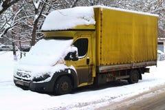 Lastbilsnö som sopas upp Arkivbilder